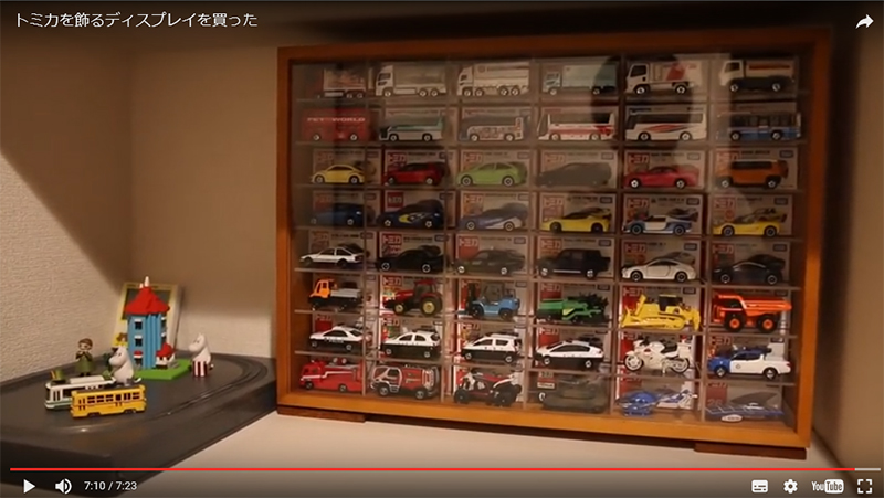 奥に箱、手前にミニカーを展示できます。(鈴川絢子さんの動画より)